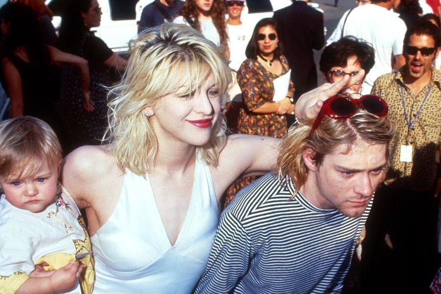 Leur passion sulfureuse naîtra en janvier 1990 lors d'un concert du groupe Nirvana à Portland mais ils attendront de se recroiser plusieurs fois avant d'officialiser leur couple et de se marier en février 1992. Ils auront une petite fille, Frances Bean, née la même année, tandis que Kurt Cobain entre à l'hôpital pour tenter de soigner son addiction à l'héroïne. Après une première crise cardiaque en juillet 1993, le chanteur se suicide près d'un an plus tard, laissant une Courtney Love indignée par cet acte et jugée coupable par les fans du groupe.