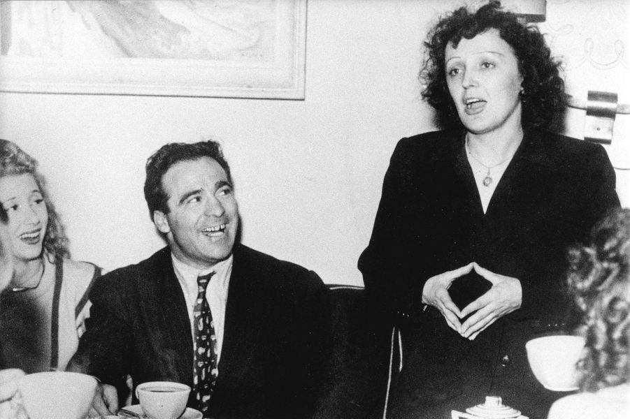 """C'est lors de sa tournée triomphale à New York, en 1948, qu'Édith Piaf succombe aux charmes du boxeur champion du monde, Marcel Cerdan. Celui-ci l'a déjà entendue chanter à Paris au cabaret """"Le Club de Cinq"""", mais ce n'est que quelques années après que le couple entretient une véritable passion particulièrement médiatisée. Éperdument amoureuse, Edith Piaf lui écrit son """"Hymne à l'amour"""" au début de l'année 1949, quelques mois seulement avant le tragique accident d'avion qui coûtera la vie à son amant. C'est avec un sentiment de culpabilité que la Môme restera endeuillée jusqu'à la fin de sa vie après avoir supplié Marcel Cerdan de prendre cet avion afin qu'il la retrouve au plus vite. Elle chantera malgré tout """"L'hymne à l'amour"""", ainsi que """"Mon Dieu"""", en sa mémoire quelques mois après."""