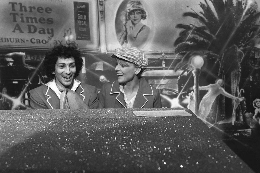 """En entendant Michel Berger à la radio en 1973, France Gall fait tout pour que l'artiste accepte d'écrire pour elle. Mission accomplie : il lui écrit """"La déclaration d'amour"""", offrant ainsi à la chanteuse une nouvelle carrière. Alors qu'ils se retrouvent sur scène pour la comédie musicale de Berger, """"Emilie ou La Petite Sirène 76"""", les chanteurs se marient au printemps 1976. Uni à la ville comme sur la scène, le couple fait équipe gagnante avec Michel Berger à la composition et France Gall au micro. Alors qu'ils annoncent une nouvelle tournée en duo, l'interprète du """"Paradis Blanc"""" succombe à une crise cardiaque à l'été 1992, laissant ainsi sa compagne dans le chagrin. Après quelques années plutôt discrètes et marquées par le décès de leur aîné atteint de la mucoviscidose, France Gall met un terme à sa carrière en 1997."""