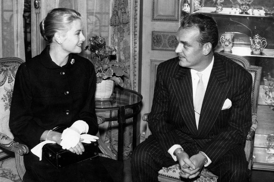 Dans le sud de la France à l'occasion du Festival de Cannes en 1955, la favorite d'Hitchcock rencontre le prince Rainier de Monaco dans son palais pour une séance photo organisée par le reporter de Paris Match, Pierre Galante. Le monarque se rendra par la suite dans la famille de la jeune américaine pour les fêtes de Noël, annonçant peu de temps après leurs fiançailles en janvier 1956. C'est sur le Rocher qu'ils s'uniront en avril de la même année et débuteront un règne en duo, une nouvelle vie de princesse durant laquelle s'illustrera Grace, jusqu'à son tragique accident de voiture en 1982.