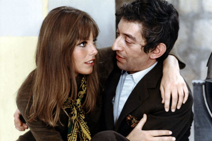 """Réunis sur le tournage du film """"Slogan"""" en 1968, le scénario finit par dépasser le cadre de l'écran pour devenir réalité. À ce moment-là, Serge Gainsbourg est plutôt mécontent de tourner avec une parfaite inconnue venant de Londres alors que Brigitte Bardot vient de le quitter. Il suffira d'une soirée à danser chez Régine pour les rapprocher et sauver le film. Ils seront ensemble durant dix ans et auront une petite fille, Charlotte, en 1971. Fatiguée des excès de son Gainsbarre de compagnon, Jane le quitte en 1980."""