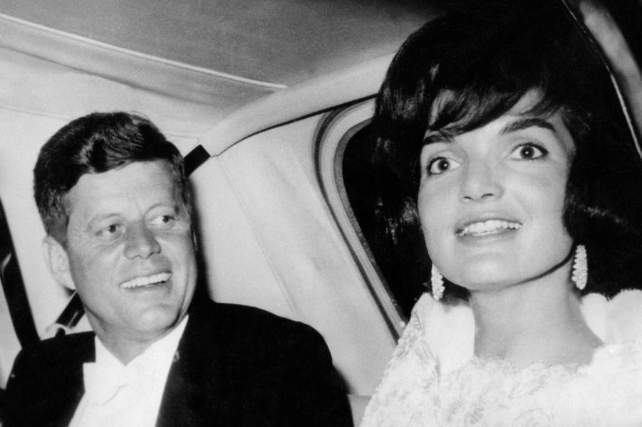 Après s'être rencontrés en 1952, le nouveau sénateur démocrate John Fitzgerald Kennedy épouse la jeune Jacqueline Bouvier en 1953. Le couple accueille sa fille Caroline en 1957, puis John Jr. en 1960, l'année même de l'élection de JFK à la tête des États-Unis. Jusqu'à la mort tragique du président en 1963, le couple restera uni et incarnera un modèle de famille et de réussite idéal auprès de toute une génération.