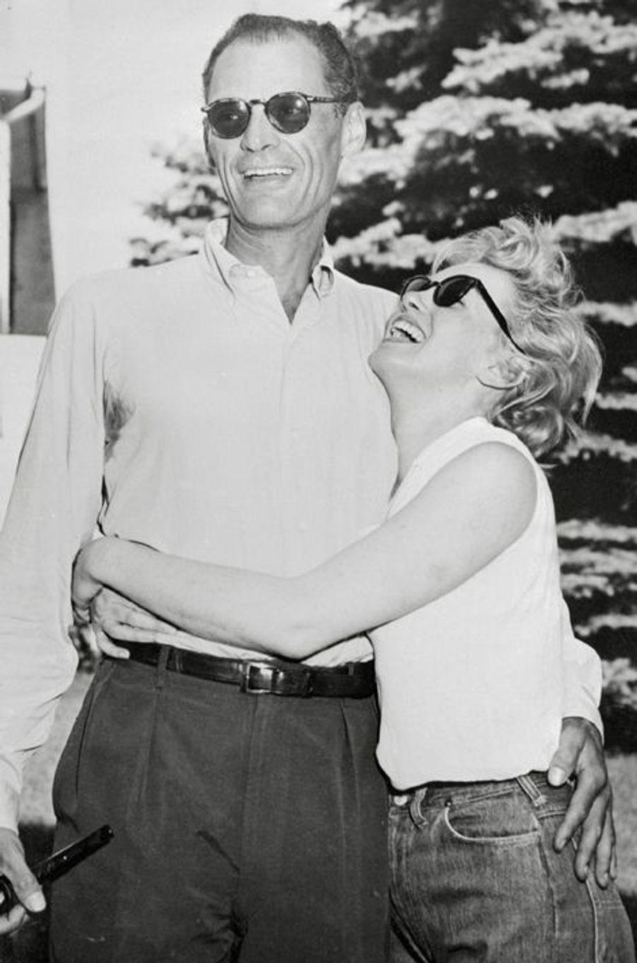 Après un court mariage avec le joueur de baseball Joe Di Maggio, la superstar et sex symbol Marilyn Monroe tombe amoureuse du dramaturge Arthur Miller. Le couple s'unit en juin 1956 pour finalement se séparer cinq ans plus tard.