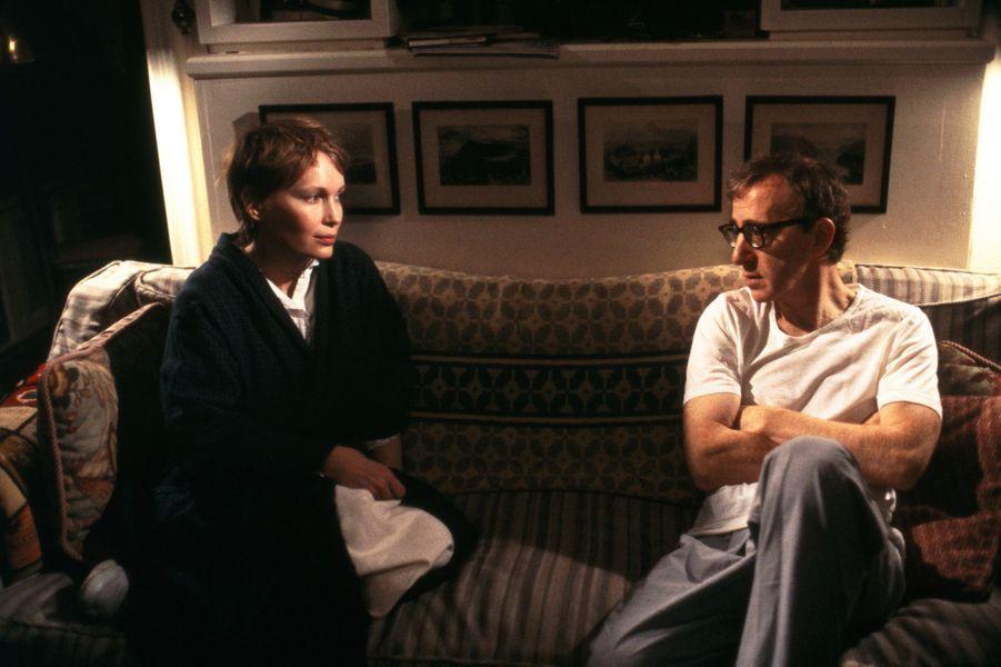 Après son rapide mariage avec Frank Sinatra et son union avec le chef d'orchestre allemand André Prévin, Mia Farrow rencontre Woody Allen dans les années 1980. Bien qu'ils ne vivent pas ensemble et n'échangent aucune alliance, le réalisateur et sa muse seront ensemble durant douze ans. C'est finalement Mia qui quitte Woody Allen lorsqu'elle découvre ses rapports avec sa fille adoptive Soon-Yi, qui épousera son beau-père en 1997. Une histoire d'amour qui se finira devant les tribunaux et fera la une des tabloïds.
