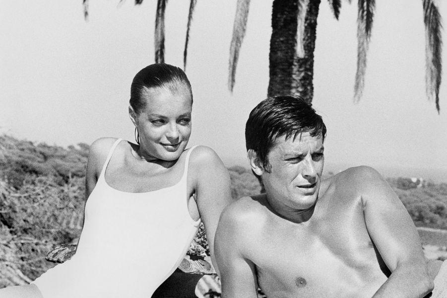 """C'est sur le tournage du film """"Christine"""" en 1958 qu'Alain Delon rencontre alors """"Sissi"""", impératrice derrière laquelle se cache en réalité Romy Schneider. Ils se fiancent dès l'année suivante et s'installent à Paris. Mais alors que Romy poursuit sa carrière à Hollywood, Alain Delon rompt avec elle en 1964 en lui laissant une longue lettre lui annonçant qu'il la quitte pour une autre femme avec qui il attend un enfant. Ce sera quatre ans plus tard, en 1968, que les deux anciens amants se retrouvent pour tourner """"La Piscine"""" et resteront amis par la suite, jusqu'au décès de l'actrice en 1982."""