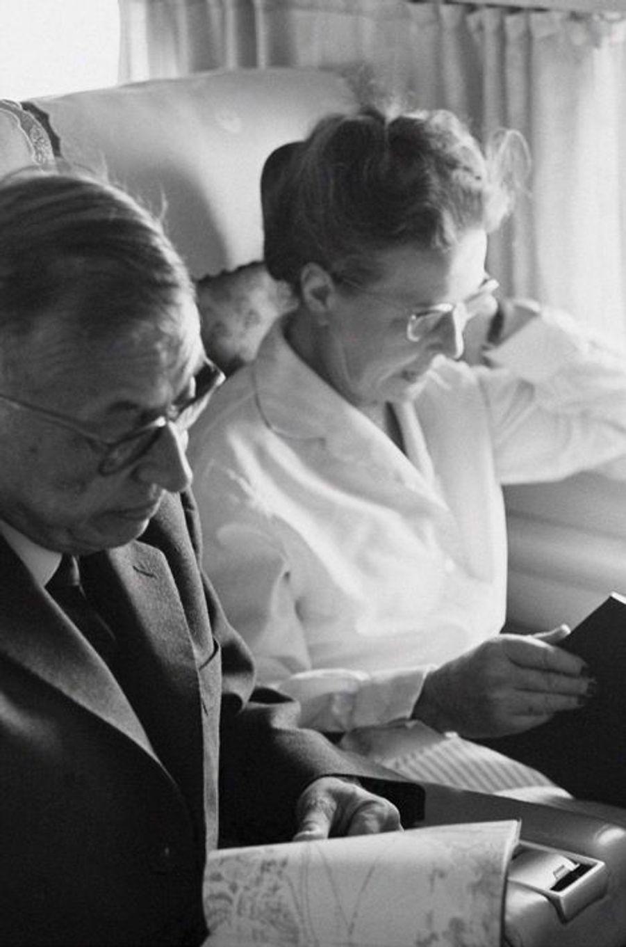 C'est dans les couloirs de la Sorbonne que Simone de Beauvoir et Jean-Paul Sartre se rencontrent à la fin des années 1920. Ce dernier sort premier du concours de l'agrégation de philosophie en 1929, lorsque Simone de Beauvoir est classée deuxième. Placé sous le signe de la liberté, leur union de plus de cinquante ans sera rythmée par leurs succès littéraires, voyages, combats et les relations extra-conjugales totalement assumées, voire partagées. Seule la mort mettra fin à leurs destins intimement liés jusqu'au décès de Jean-Paul Sartre en 1980.