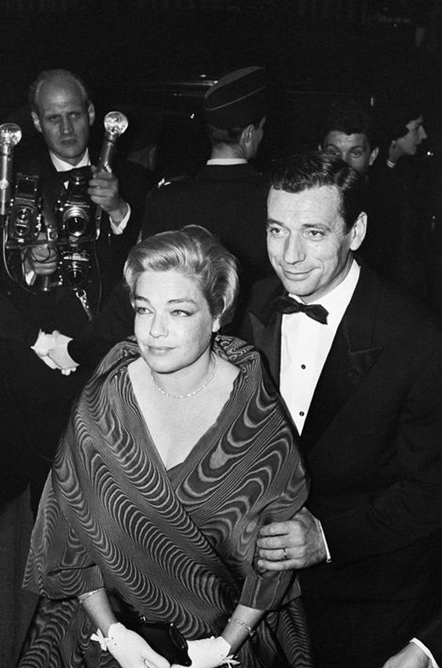 C'est un véritable coup de foudre qui pousse les deux acteurs à quitter leurs conjoints respectifs, le réalisateur Yves Allégret et Edith Piaf, à l'été 1949. Simone Signoret épouse alors Yves Montand deux ans plus tard avant de s'installer en Normandie dans une demeure qui deviendra un lieu de rencontres privilégiées pour de nombreux artistes, tels que Simone de Beauvoir, Sartre ou encore Serge Reggiani. Chacun mène une brillante carrière et malgré la relation qu'entretien l'acteur avec Marilyn Monroe en 1961, le couple restera uni jusqu'au décès de la première française oscarisée en 1985.