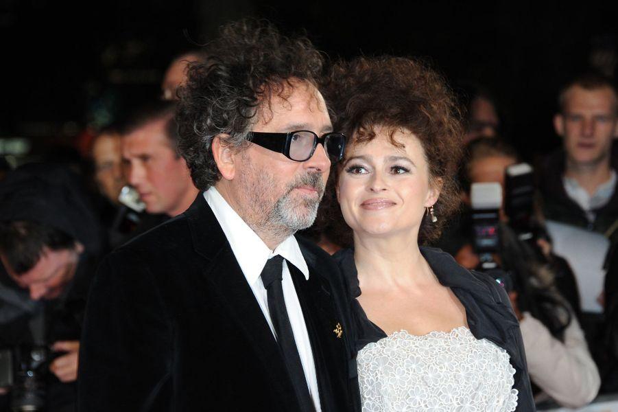 """C'est sur le tournage de """"La Planète des Singes"""" que le réalisateur Tim Burton et l'actrice britannique Helena Bonham Carter se rencontrent pour la première fois en 2001. Ils se marient et accueillent leur premier enfant, Billy Ray, en 2003 puis une petite fille, Nell, en 2007. Même si chacun préfère vivre dans des maisons jumelles le jour, le couple se retrouve néanmoins la nuit, privilégiant ainsi leur indépendance, jusqu'à leur récente séparation en décembre 2014."""