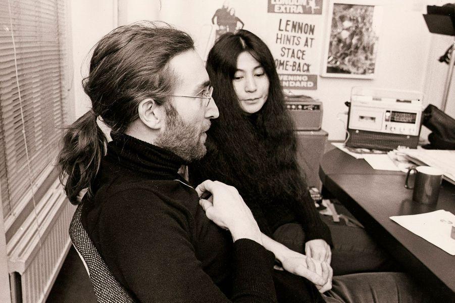 Lorsqu'elle présente ses œuvres lors d'un vernissage en novembre 1966, la plasticienne Yoko Ono rencontre John Lennon. Après plusieurs collaborations artistiques, ils entament une relation alors que le chanteur des Beatles est marié. Dès lors, ce dernier divorce et impose sa nouvelle compagne à son groupe lors de leurs enregistrements studios, agaçants ainsi ses partenaires et leurs fans. Le couple se marie en 1969 tout en utilisant sa notoriété pour défendre activement la paix dans le monde. Il accueille son fils Sean en 1975 et poursuit les collaborations prolifiques en studio et sur scène jusqu'au tragique décès de John Lennon, abattu par un déséquilibré à New York, en décembre 1980.