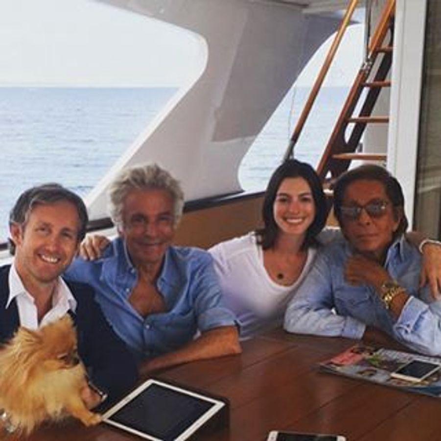 Le créateur Valentino Garavani a aussi invité l'actrice Anne Hathaway à bord de son yacht il y a à peine une semaine.