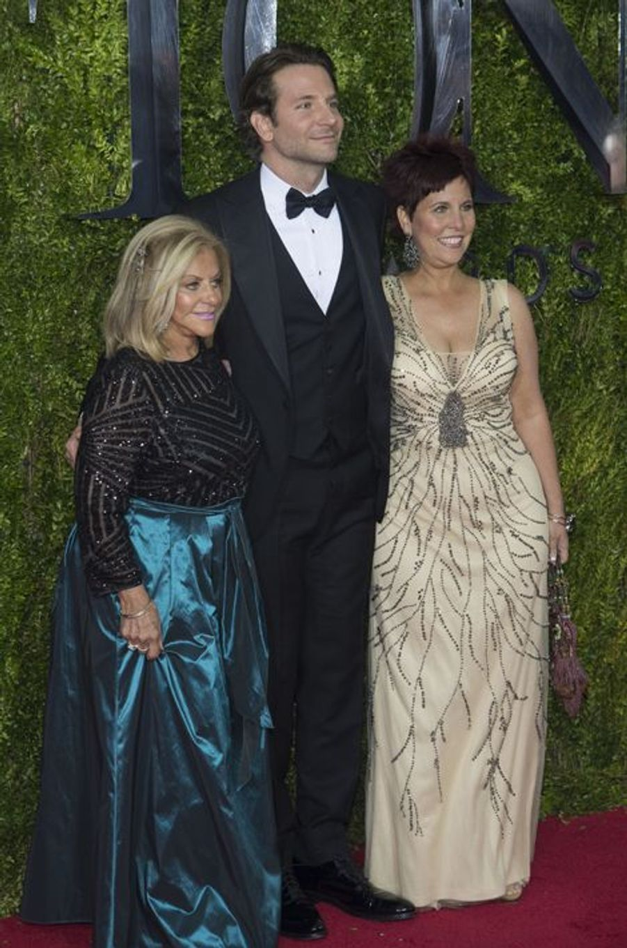Bradley Cooper aux côtés de sa mère Gloria Campano et sa soeur Holly Cooper