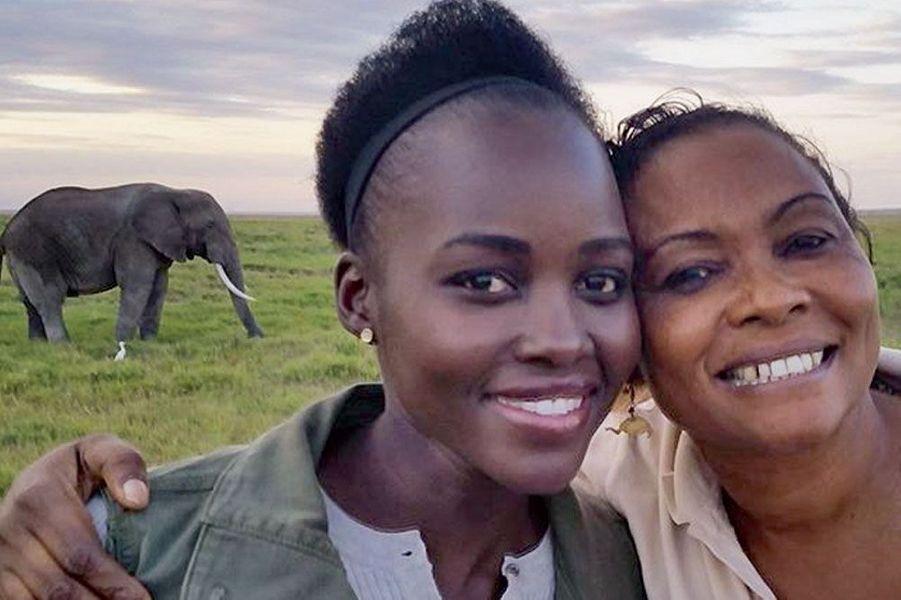 L'actrice Lupita Nyong'o au Kenya, en visite dans une réserve d'éléphants avec la scientifique Katito Sayialel