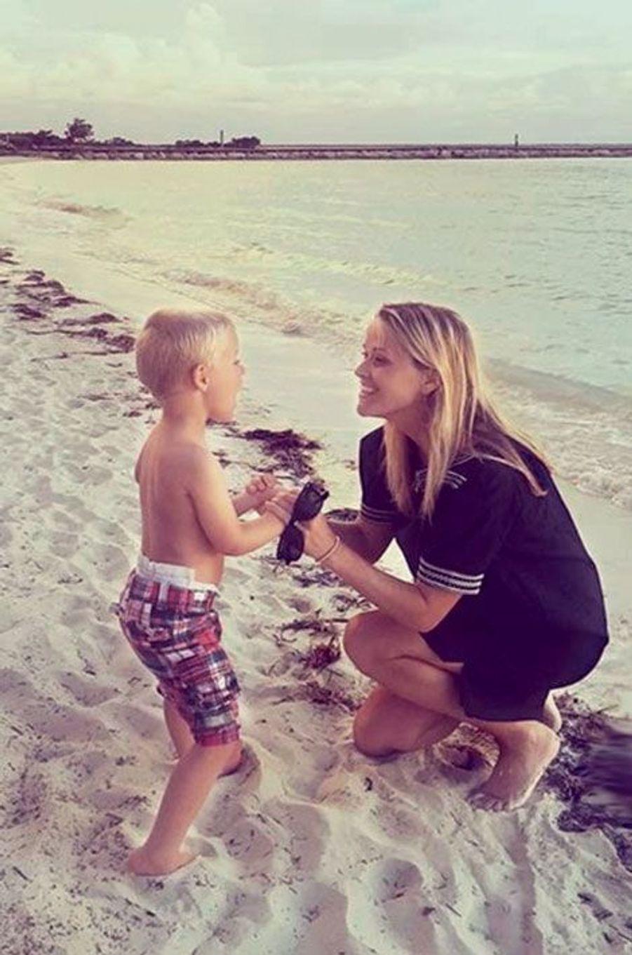 Reese Witherspoon en tournage : «sur la plage avec un petit comédien»