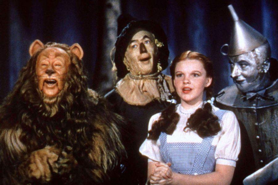 Actrice et chanteuse, Judy Garland a marqué l'histoire du cinéma avec son rôle de Dorothy Gale dans leMagicien d'Ozen 1939. Oscarisée à 17 ans, elle a traversé de nombreuses épreuves à l'âge adulte. Mariée cinq fois, elle a connu des problèmes financiers et s'est battue contre des addictions à la drogue et à l'alcool. A 47 ans, la star, incapable de faire face, a succombé à une overdose.