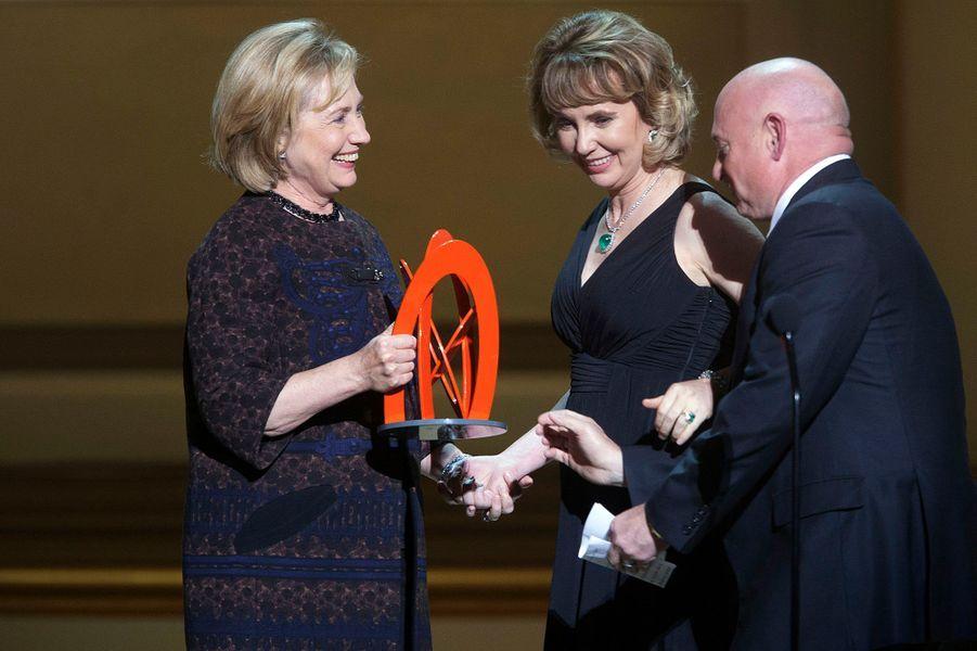 Hillary Clinton remet un prix à Gabrielle Giffords et son époux Mark Kelly