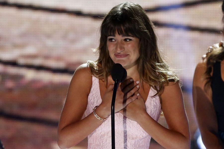 La cérémonie des Teen Choice Awards, qui récompense les stars préférées des ados, s'est tenue dimanche soir à Los Angeles. Si Ashton Kutcher, Sandra Bullock ou Miley Cyrus ont fait le show en remportant un trophée, c'est surtout le vibrant hommage rendu par Lea Michele à Cory Monteith qui a marqué la soirée. L'actrice dont le petit ami est mort d'une overdose mi-juillet a prononcé un discours émouvant, remerciant ses fans et rappelant à quel point le monde avait été chanceux d'avoir connu cet homme «au si grand talent, au merveilleux sourire et à l'incroyable bonté».