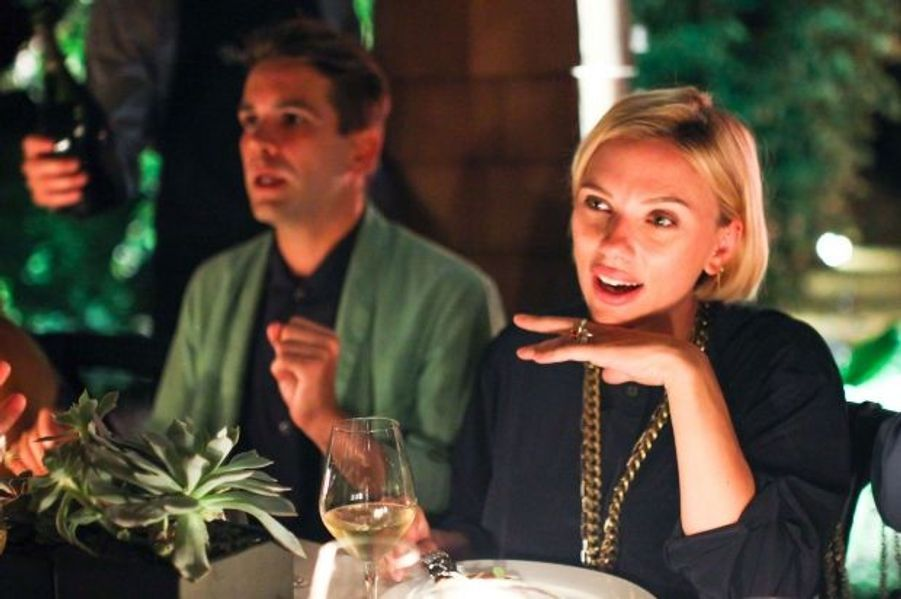 L'on apprenait en mars que l'actrice américaine attend son premier enfant avec son fiancé, le Français Romain Dauriac. Il s'agira du premier enfant pour la star de 29 ans et son futur mari. Elle devrait accoucher à New York, où elle se trouve actuellement. Le sexe de l'enfant, si tant est que le couple le connaisse, n'a pas été dévoilé.Sur la photo, la future maman apparaît, radieuse, avec sa nouvelle coupe de cheveux, lors d'un dîner organisé en juillet par Martha Stewart dans la Grosse Pomme.