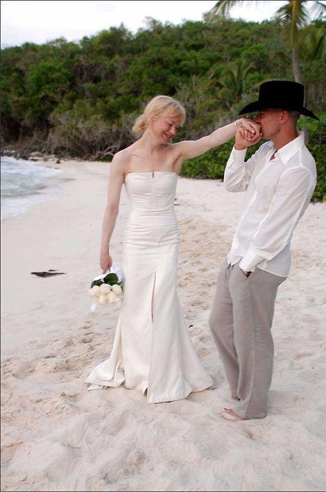 Alors qu'elle rencontre le chanteur de country Kenny Chesney en janvier 2005, René Zellweger l'épouse au mois de mai pour finalement demander le d...