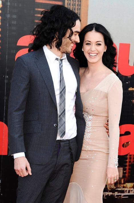 Katy Perry et Russell Brand se rencontrent en septembre 2009 et se fiancent dès le mois de décembre pour finalement s'unir en Inde en octobre 2010...