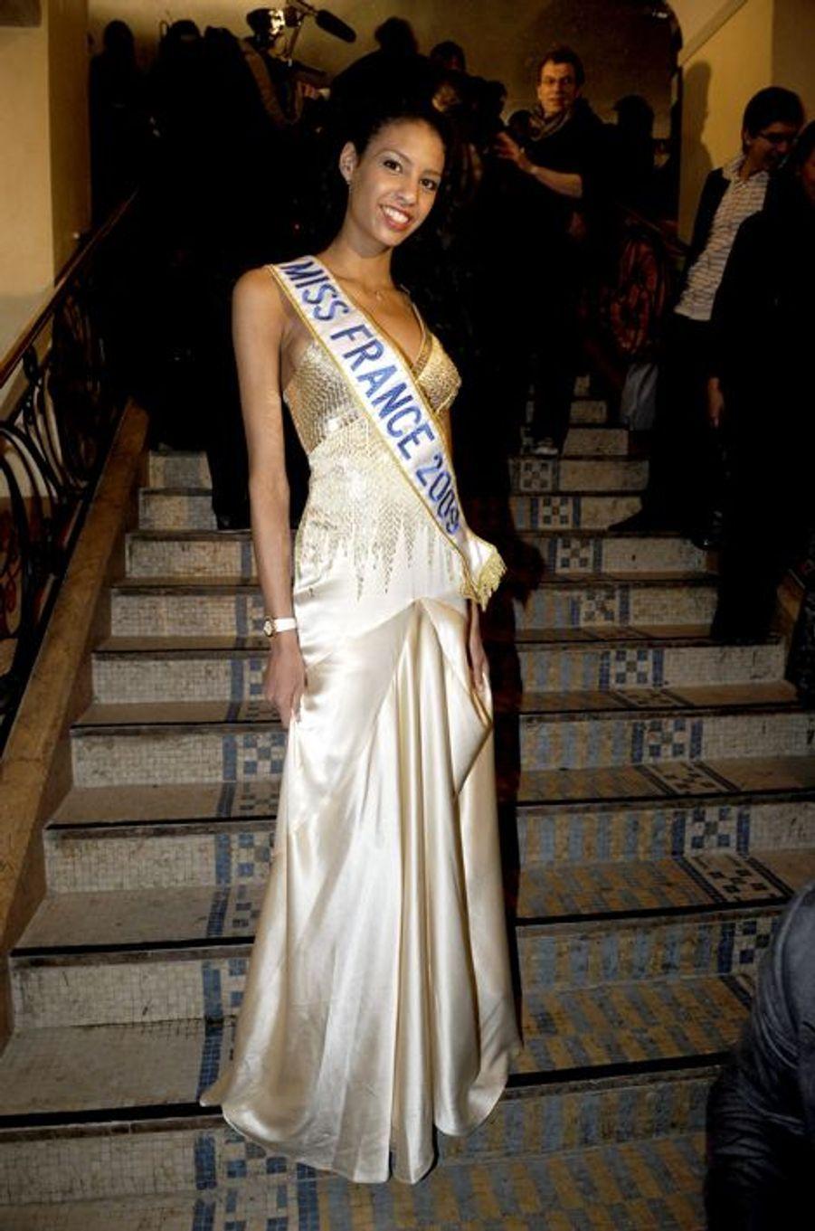 Franco-américaine, Chloé Mortaud est la 79e Miss France mais pas que. En 2009, la jeune femme a également été sacrée 5e dauphine de Miss Univers et 3e dauphine de Miss Monde. Mannequin, elle partage la vie du pilote automobile Romain Thievin, avec lequel elle a un fils, Matis.