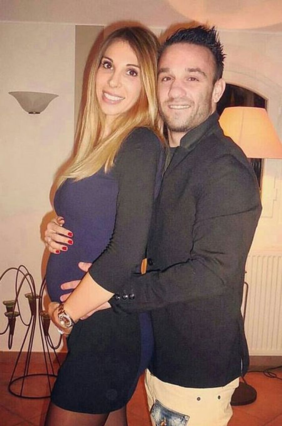 Le footballeur Mathieu Valbuena et sa compagne Fanny Lafon attendent leur premier enfant. Le bébé est prévu pour mars 2016.