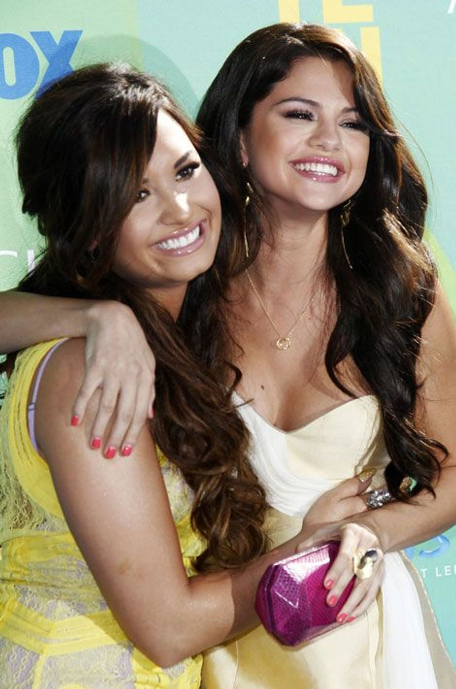 Les deux stars Disney se connaissent depuis leur enfance. Si leurs chemins se sont un temps séparés, elles n'ont jamais cessé de se soutenir, notamment lorsque Demi Lovato a dû être admise en désintoxication à cause de ses addictions à la drogue et à l'alcool.