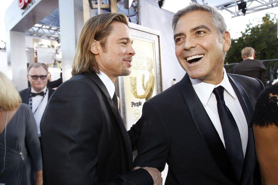 """Les deux stars se connaissent depuis des années et ne manquent jamais une occasion de se taquiner. Lors du tournage du film «Ocean's 11», George Clooney avait par exemple reçu un traitement très particulier… dû à une note écrite par Brad Pitt à l'attention de l'équipe du film. «J'ai envoyé un mémo à l'ensemble de l'équipe italienne où je disais: """"Chère équipe, nous vous souhaitons un merveilleux tournage. George Clooney a fait savoir que c'était un rôle très difficile pour lui. Il a besoin d'une concentration extrême. Monsieur Clooney vous demande de ne pas l'interrompre et de ne pas le regarder dans les yeux. Si vous avez besoin de vous adresser à lui, s'il vous plait appelez-le seulement Daniel ou Monsieur Ocean""""»."""