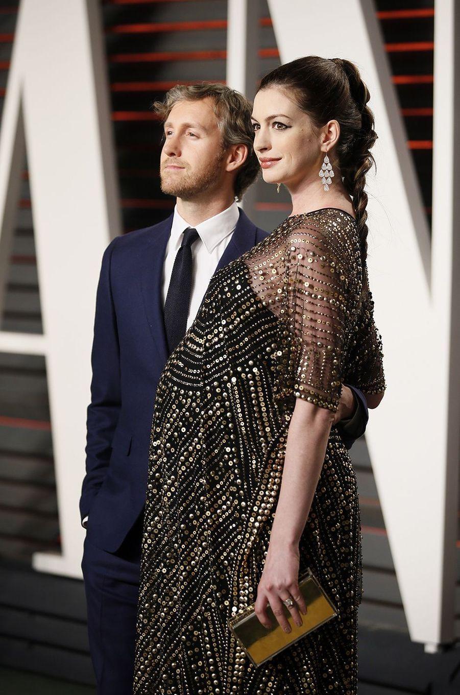 """Adam Schuler et Anne Hathaway à l'after-party du magazine """"Vanity Fair"""" le 28 février 2016 à Los Angeles"""