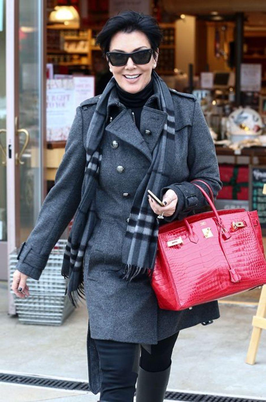 Birkin Croco à la main, Kris Jenner, la mère de Kim Kardashian, fait les boutiques avec son ex-mari, Bruce Jenner, en décembre 2012.