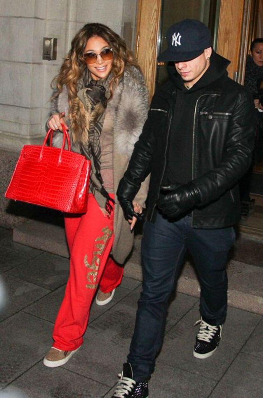 Jennifer Lopez and son petit ami de l'époque, Casper Smart, à Stockholm en novembre 2012. Elle a un Birkin Croco de la Maison Hermès.