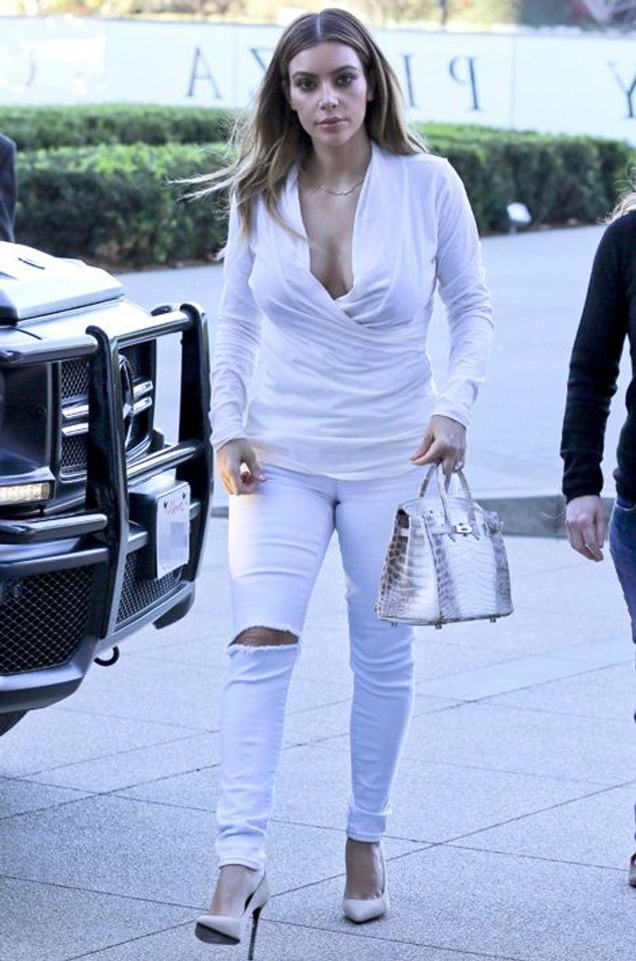 Kim Kardashian et son sac Birkin Croco blanc à Los Angeles le 10 janvier 2014.