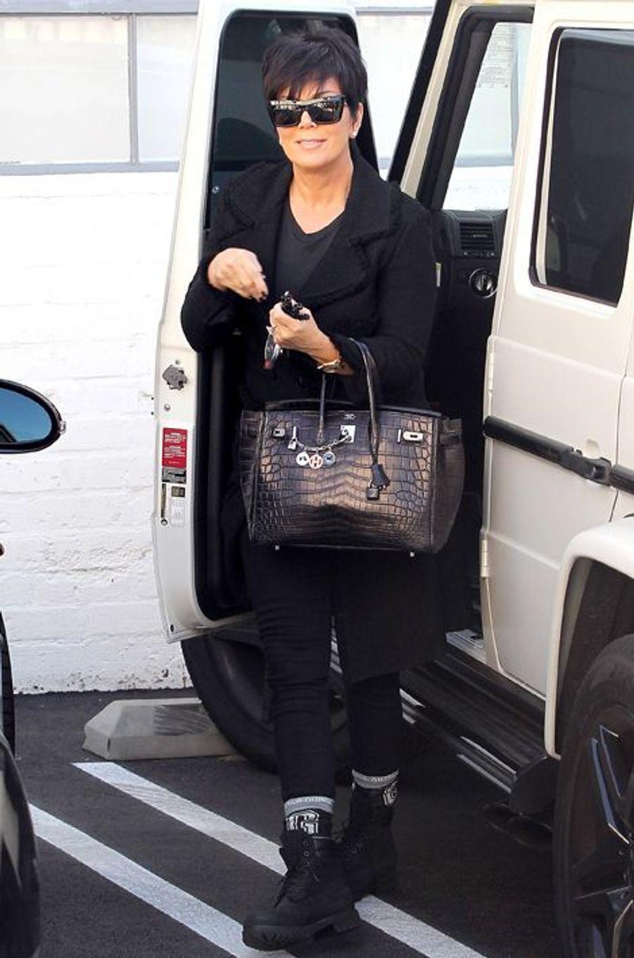Kris Jenner, la mère de Kim Kardashian, arrive à un studio hollywoodien, Birkin croco noir à la main (2013).