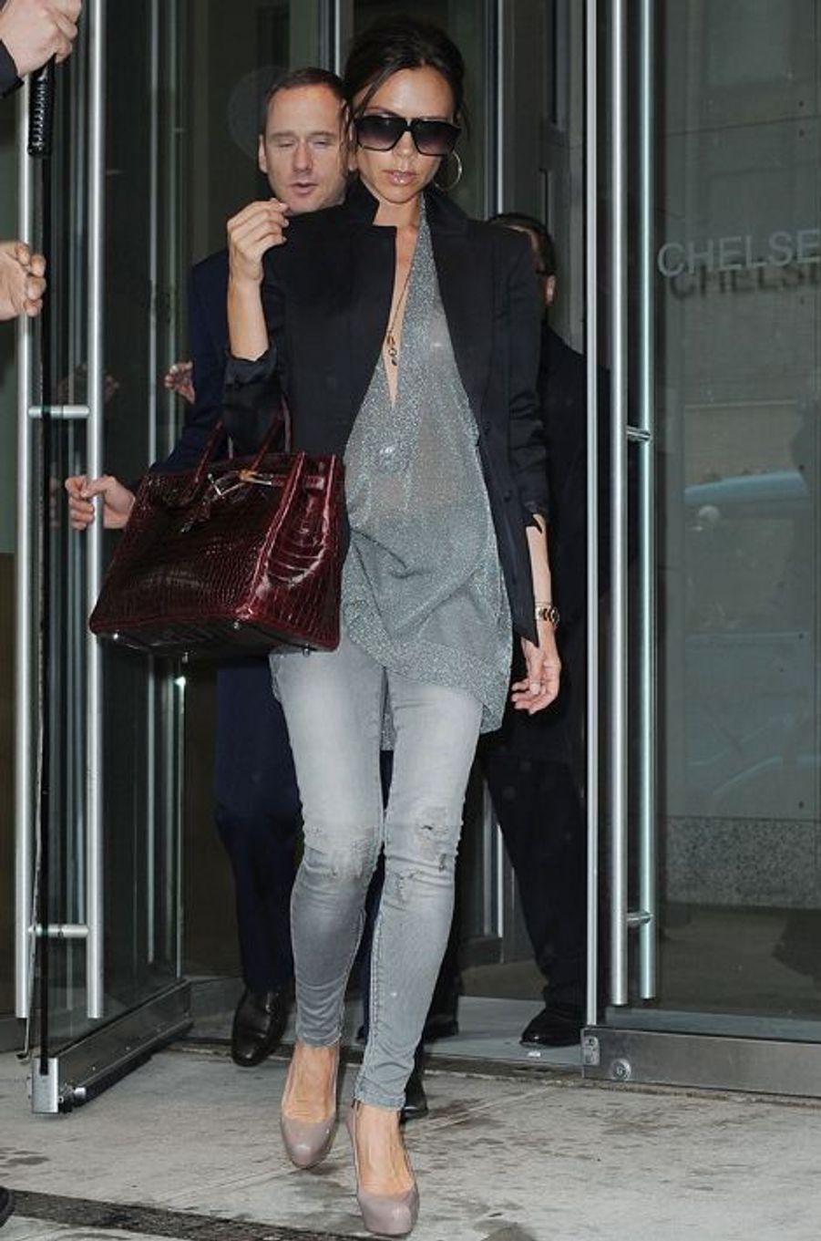 Son sac Birkin Croco à la main, Victoria Beckham découvre les galeries artistiques de New York le 26 avril 2010.
