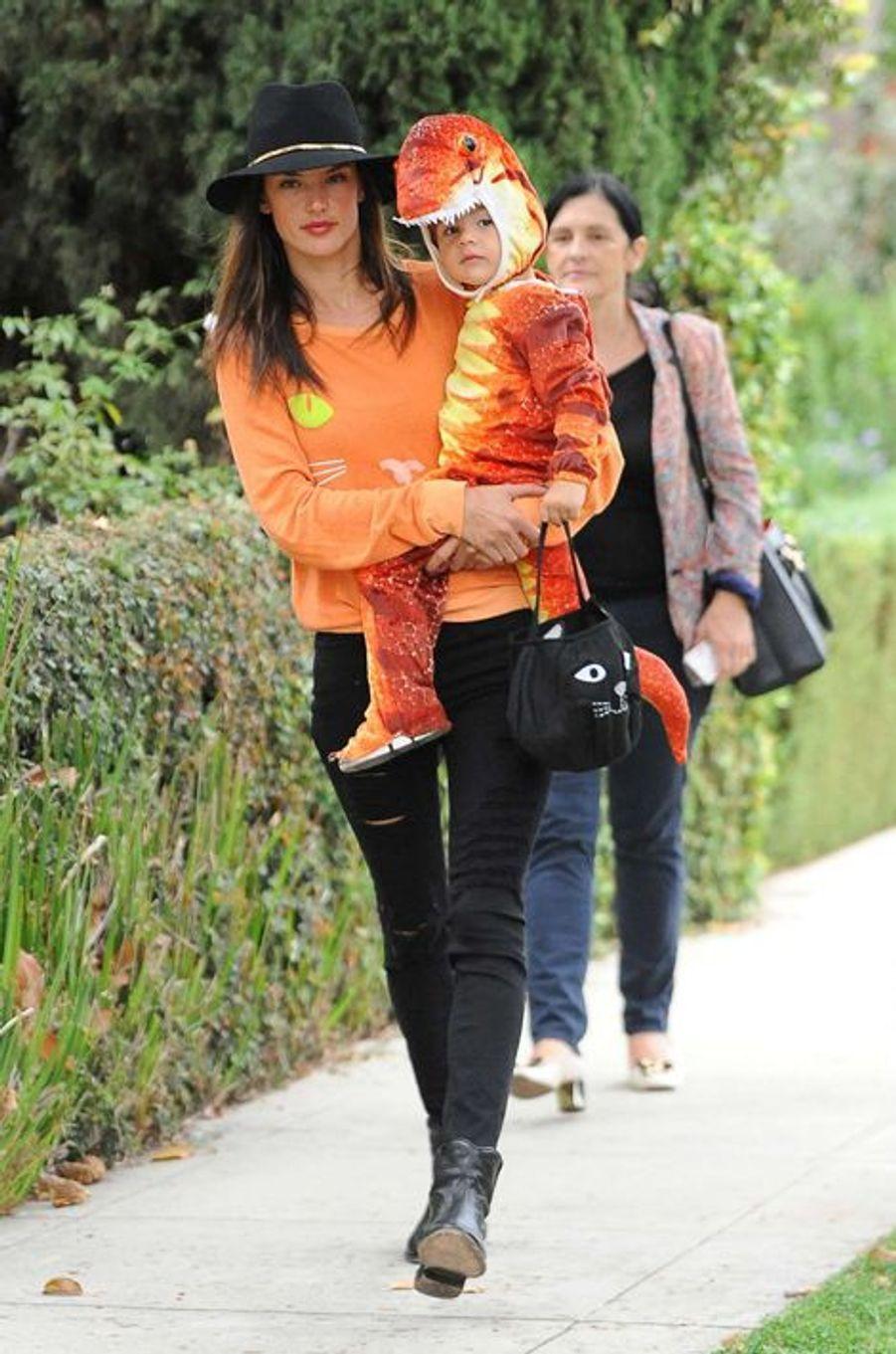 Alessandra Ambrosio et son fils Noah à Los Angeles le 31 octobre 2014