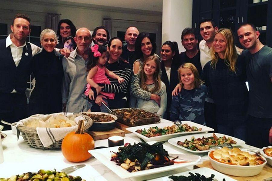 Gwyneth Paltrow (à droite) et Chris Martin (à gauche) réunis avec leur famille et leurs enfants