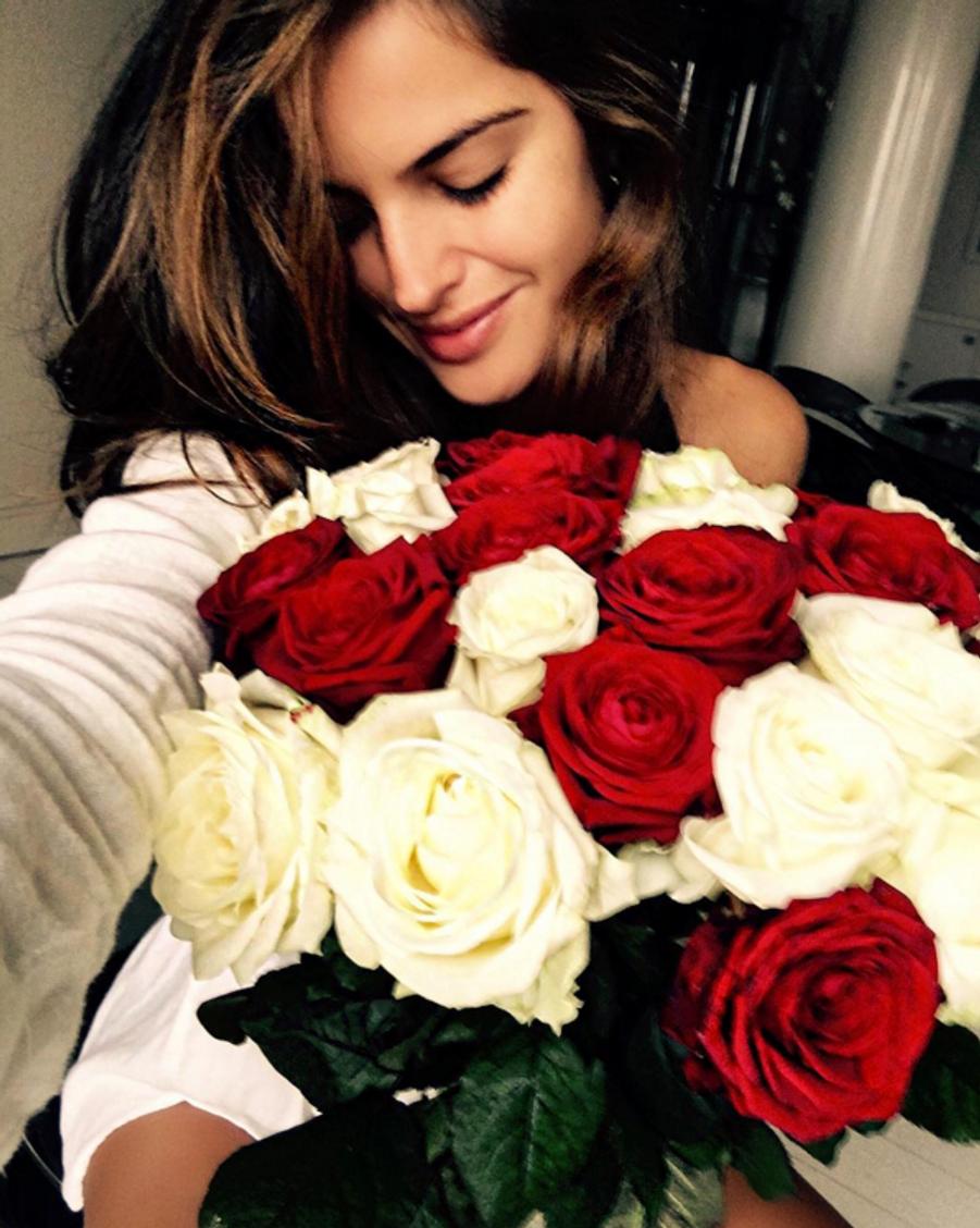 Izabel Goulart gâtée avec un bouquet de fleurs