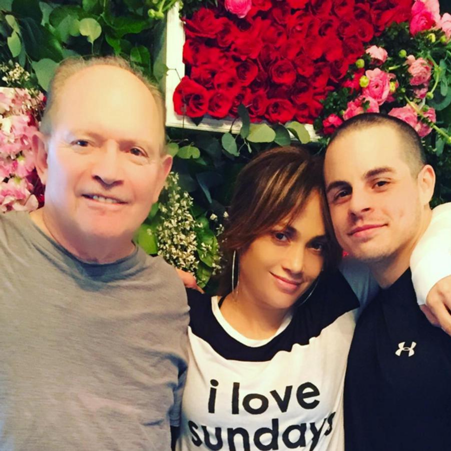 Jennifer Lopez entourée de son père et de Casper Smart