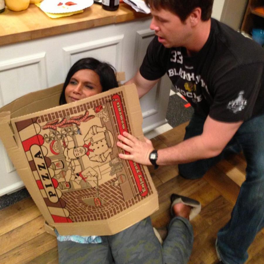 Mindy Kaling enveloppée dans un carton de pizza