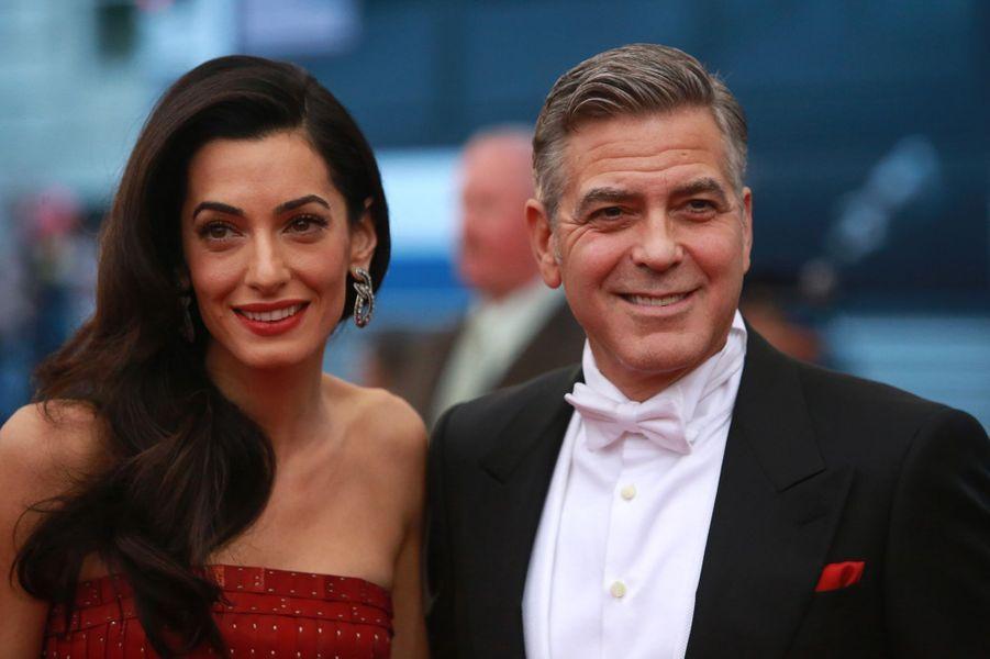 Amal Clooney en John Galliano for Maison Margiela et George Clooney en Giorgio Armani