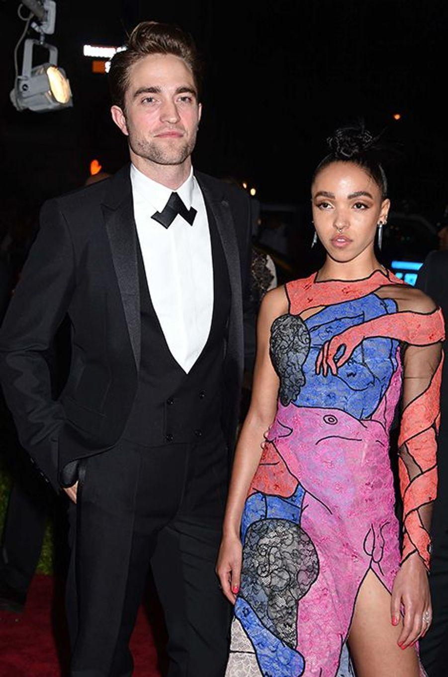 Robert Pattinson en Dior et sa fiancée, FKA Twigs. La chanteuse portait du Christopher Kane