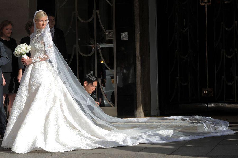 Nicky Hilton a épousé James Rothschild vendredi à Londres. La traîne de sa robe faisait 3 mètres