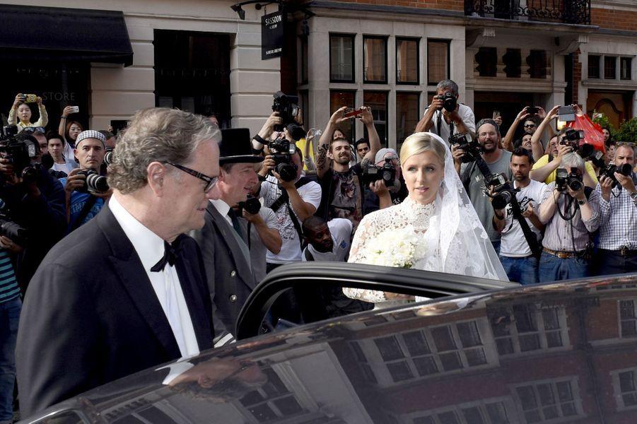 Nicky Hilton accompagnée de son père lors de son mariage