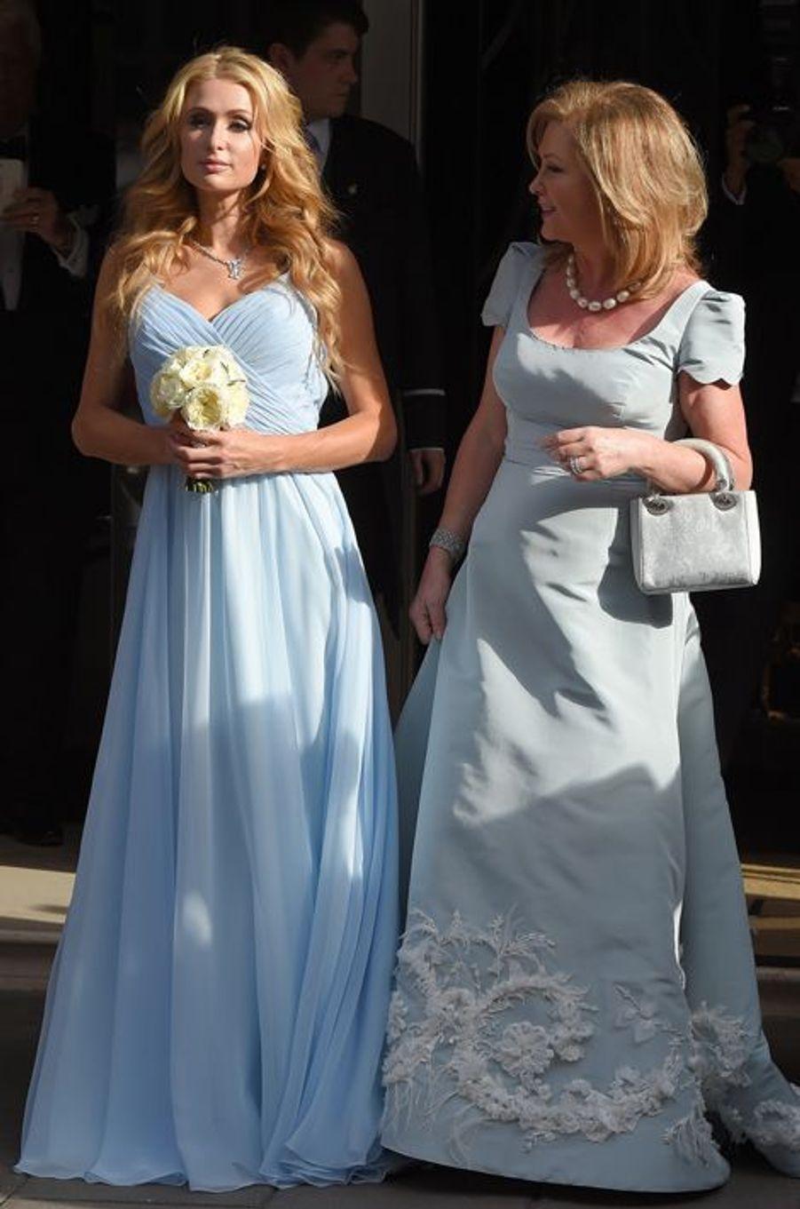 Paris et Kathy Hilton portent des robes assorties lors du mariage de Nicky Hilton à Londres