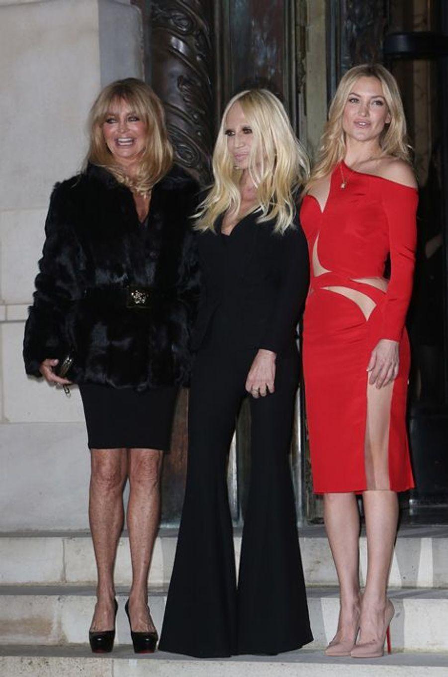 Goldie Hawn et sa fille Kate Hudson escortées par Donatella Versace en personne