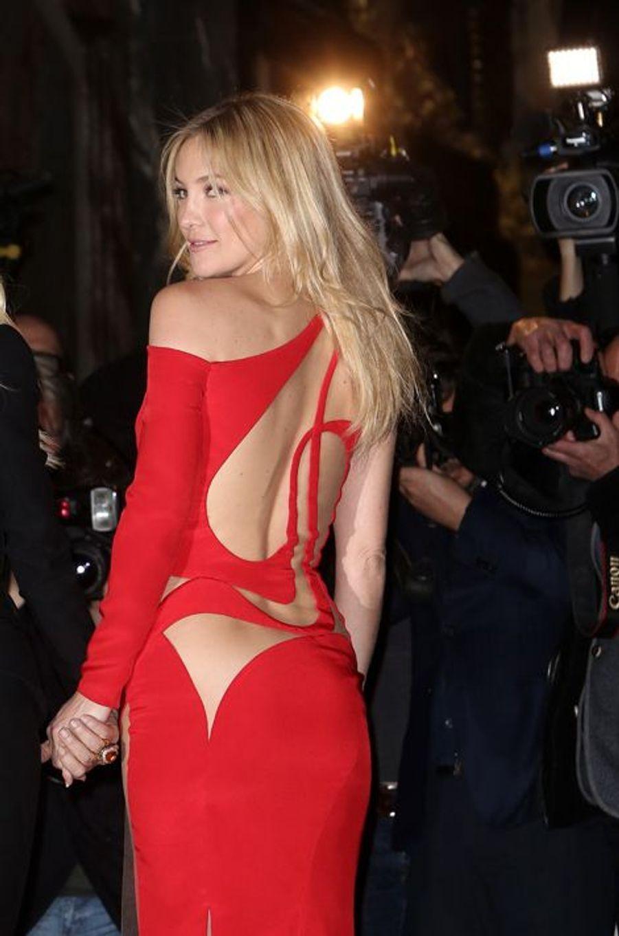 Habituée des tapis-rouges, Kate Hudson prend la pose avant le défilé Versace Couture