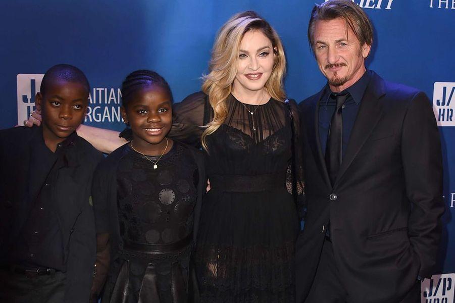 "David Banda, Mercy James, Madonna et Sean Penn au gala ""Help Haïti"", le 9 janvier 2016"