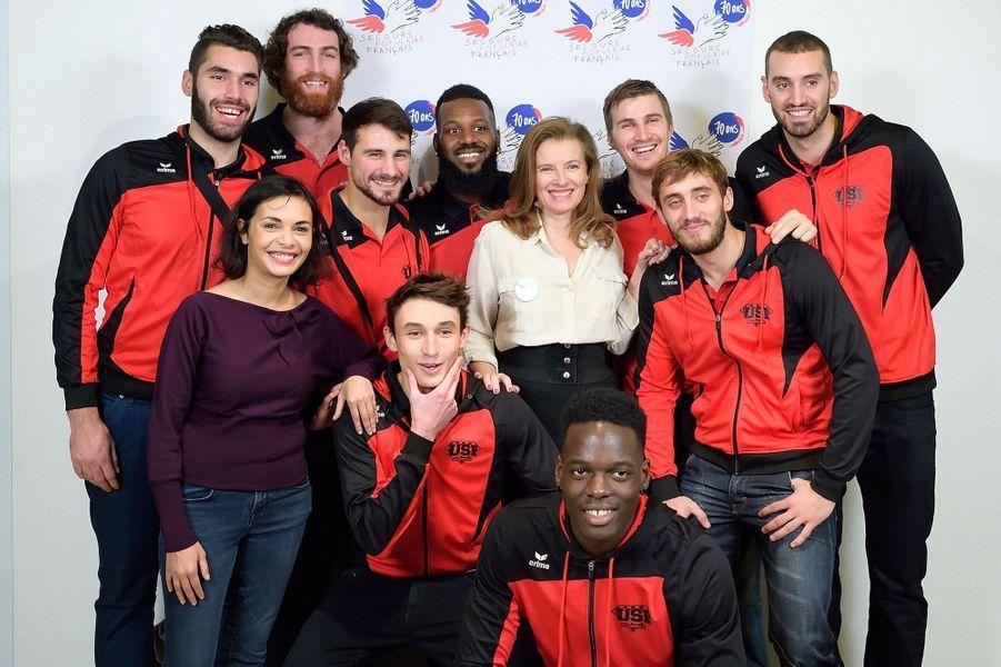 Saïda Jawad, Valérie Trierweiler et l'équipe de handball d'Ivry-sur-Seine à Paris le 8 décembre 2014