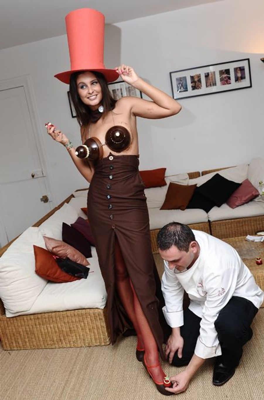 Malika Ménard essaye sa robe en chocolat créée par le chocolatier Vincent Lechevallier pour le Salon du Chocolat 2011.