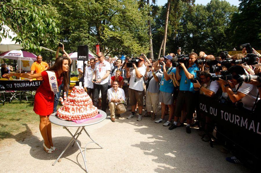 Malika Ménard fête son 23ème anniversaire à la dixième étape du Tour de France le 14 juillet 2010.