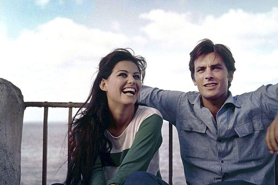 """Été 1962, en marge du tournage du «Guépard» de Visconti, Alain Delon et Claudia Cardinale prennent un peu de repos dans le château qu'Alain loue à la princesse de San Vincenzo et qui se trouve à Solanto près de Palerme. Plus tard dans ses mémoires, Claudia racontera comment avait été tournée la scène du baiser. «J'ai embrassé Delon à 25 ans, il était reconnu comme le plus beau mec de la terre et Visconti m'a susurré à l'oreille, """"surtout, mets la langue Claudia! """"» Et de rajouter qu'«Alain avait des yeux bleus piscine à se noyer dedans»."""